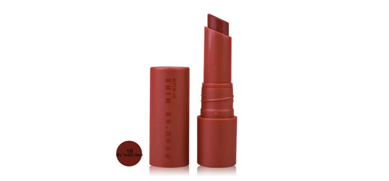 4U2 You'Re Mine Signature Matte Lipstick 3g #18 My Teddy Bear ลิปสติกที่ดีที่สุดของโฟร์ยูทู! ลิปแมทไม่เหมือนใคร เนื้อสัมผัสบางเบานุ่มลื่น สีสวยชัด กลบร่องริมฝีปากให้เรียบเนียน สามารถเติมทับได้ตลอดวันโดยไม่เป็นคราบ แพ็กเกจหรูหราน่าจับจอง