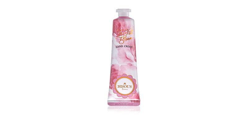 Bisous Bisous In Full Bloom Hand cream 30g ดื่มด่ำกับความรู้สึกที่อบอวลไปด้วยกลิ่นหอมของครีมทามือ จากบีซูบีซู สูตรที่ไม่เหนียวเหนอะหนะ ซึมซาบเร็ว พร้อมบำรุงให้ผิวมือนุ่มนวลเรียบเนียนน่าสัมผัส